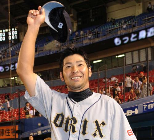 12年9月、ロッテ戦でプロ初安打が決勝本塁打となったオリックス宮崎はファンの声援に笑顔で応える