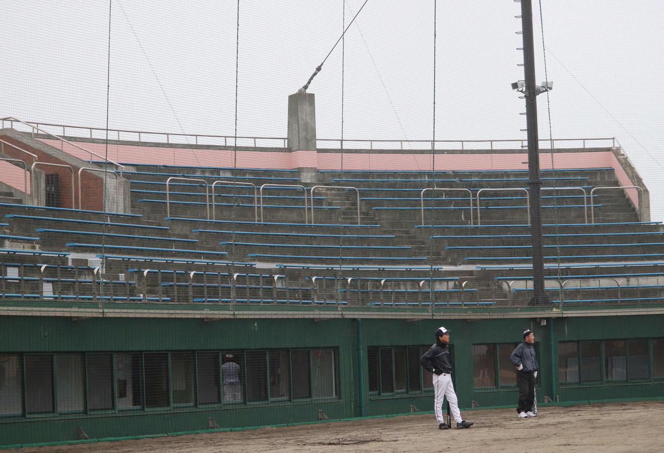 岩沼海浜緑地公園野球場のバックスタンド。小野寺進さんは震災時、スタンド最上部のワイヤを固定する土台に上がり、津波から逃れた(撮影・湯本勝大)