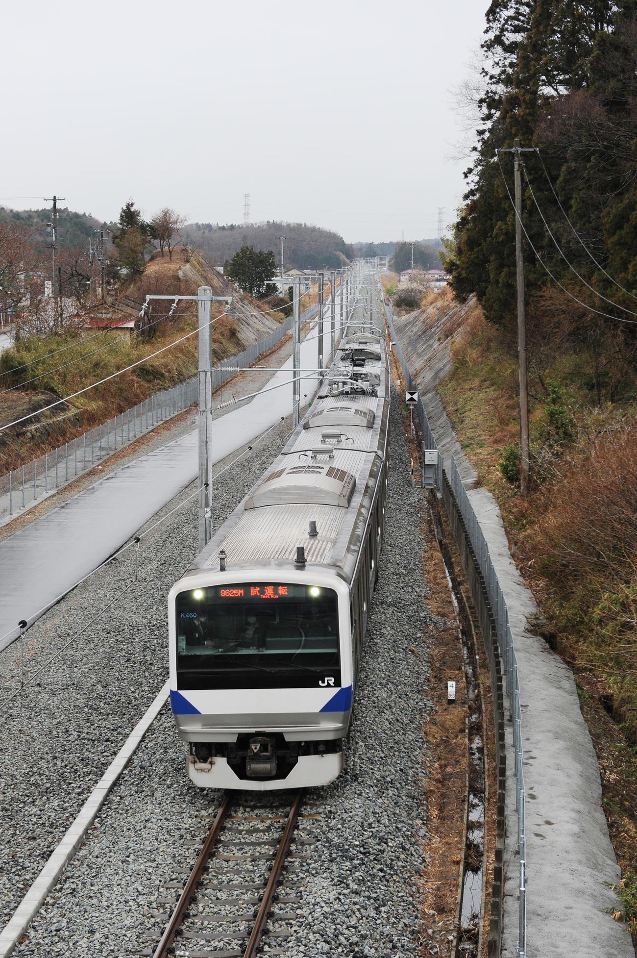 4日、14日の常磐線全線開通に向けて試運転する車両