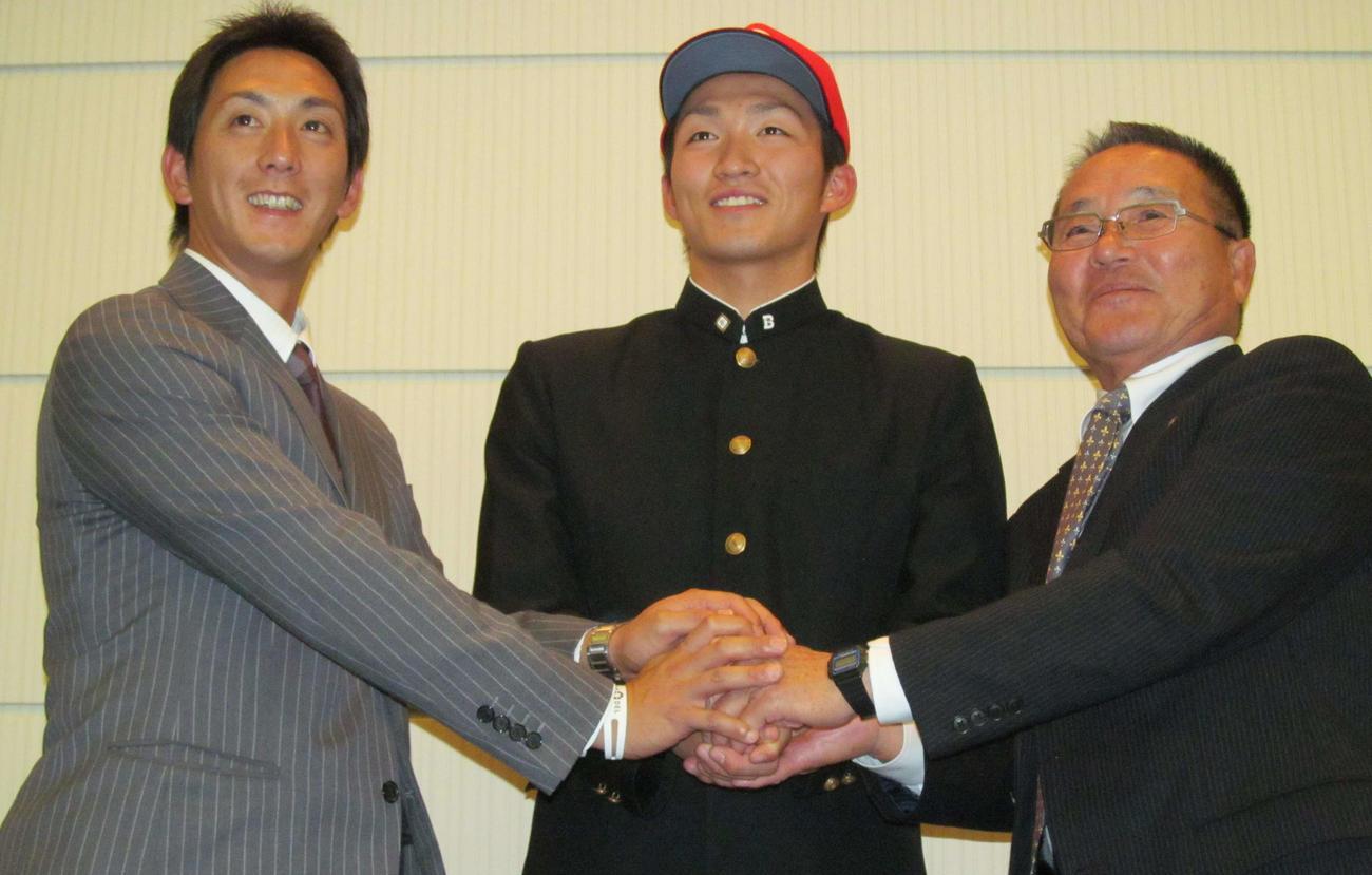 12年11月、広島ドラフト2位の二松学舎大付・鈴木(3年、中央)は、尾形佳紀スカウト(左)、苑田聡彦スカウト部長と握手