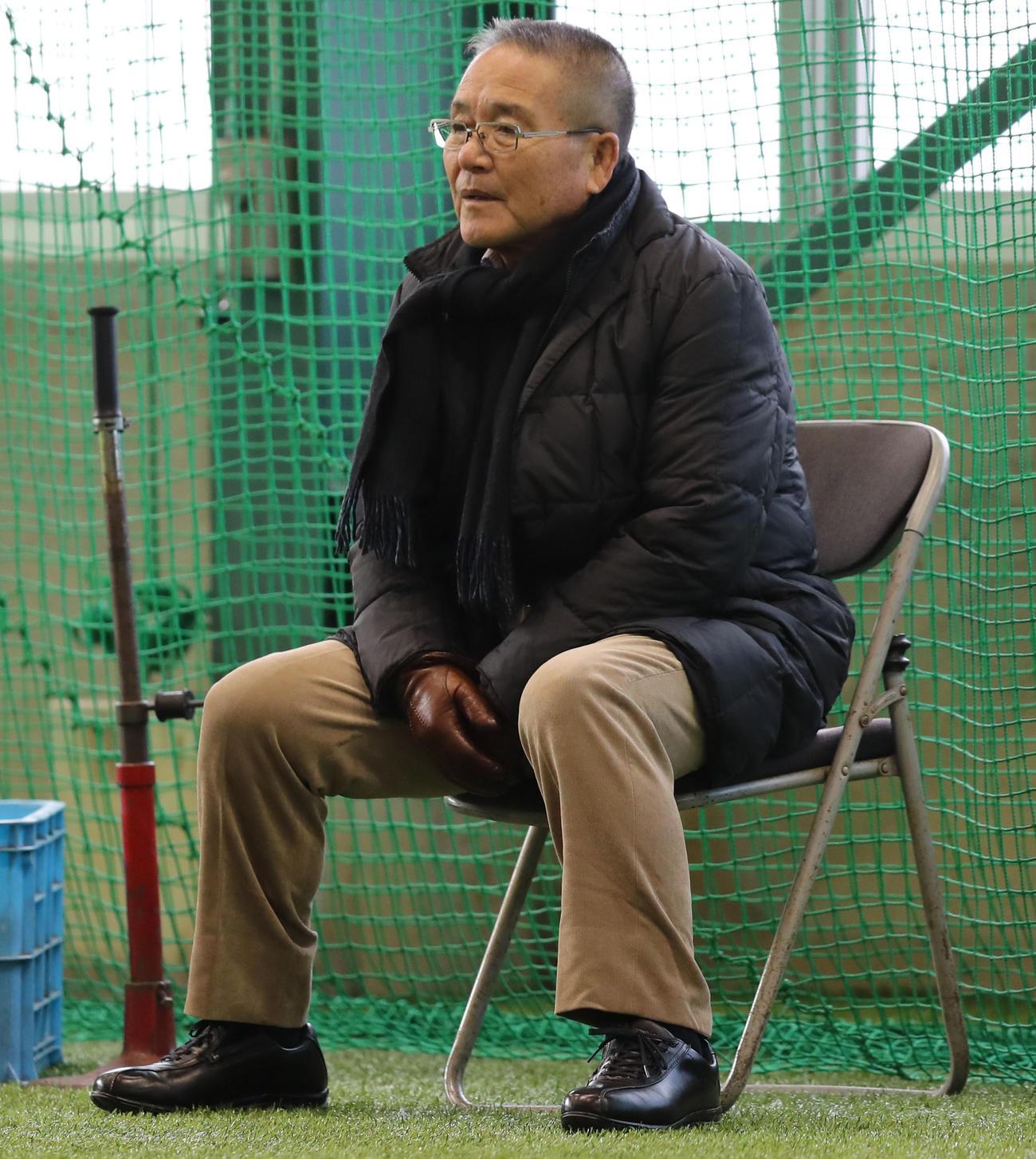 18年1月、新人合同自主トレを見守る広島苑田聡彦スカウト統括部長