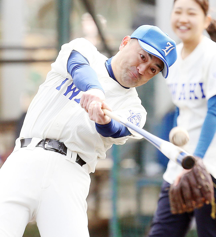福島商に転任する磐城・木村監督は、センバツで着用するはずだったユニホームで最後のノックを行う(撮影・野上伸悟)
