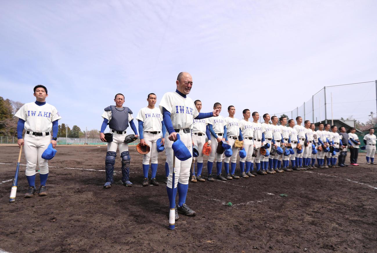 福島商に転任する木村監督は、最後のシートノックを終え、保護者や関係者に涙であいさつ。左端は千葉・旭農に転任する大場部長(撮影・野上伸悟)