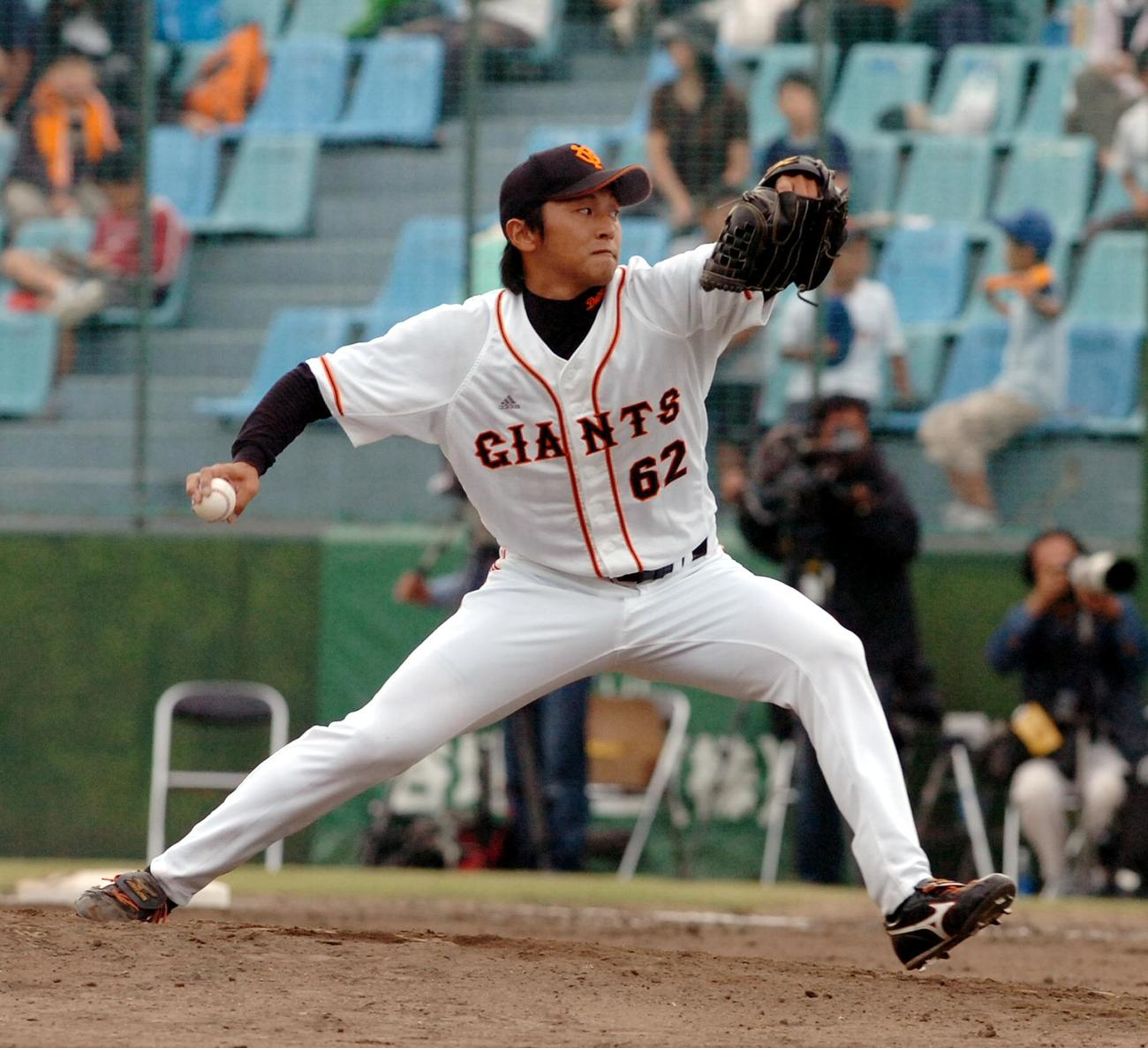 07年9月、中日とのファーム日本選手権で登板する巨人越智