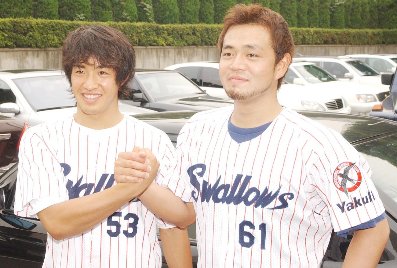 02年7月、オールスターに監督推薦で選出されたヤクルト五十嵐亮太(左)と石井弘寿は握手する