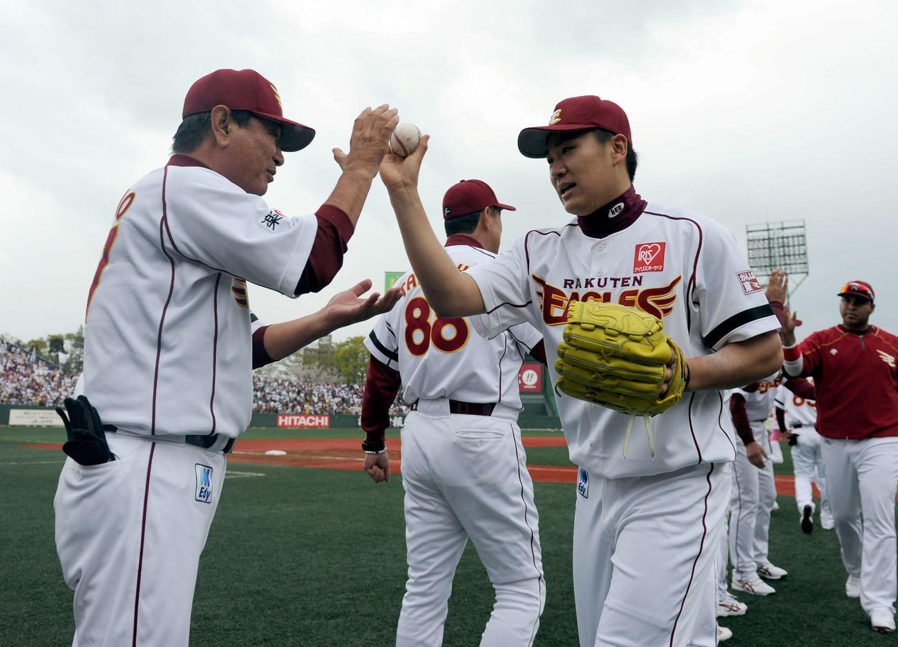 11年4月、オリックス戦で完投勝利の楽天田中(右)はウイニングボールを星野監督に手渡す