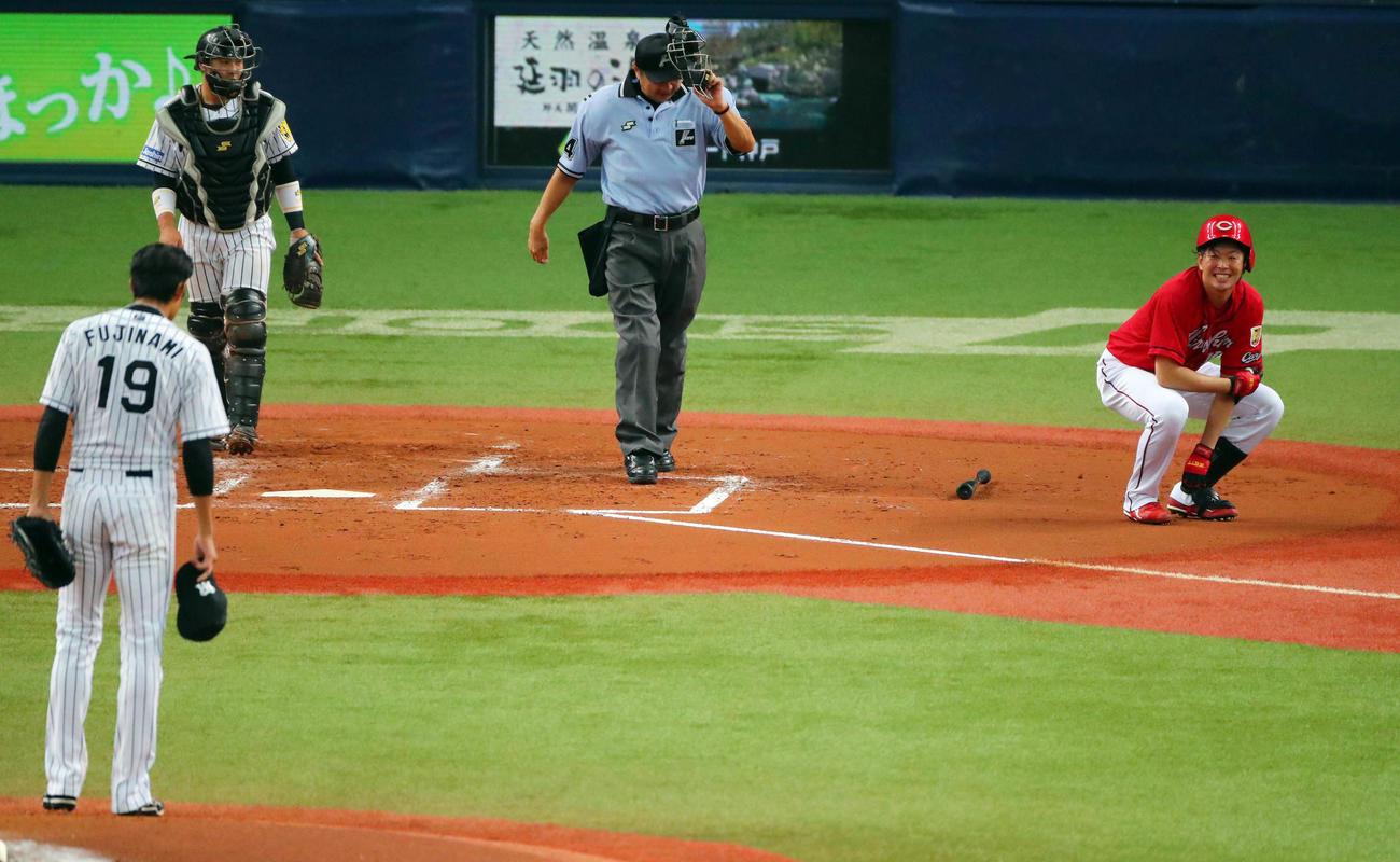 17年8月、死球を受け阪神藤浪(左手前)から謝罪を受ける広島大瀬良(右)