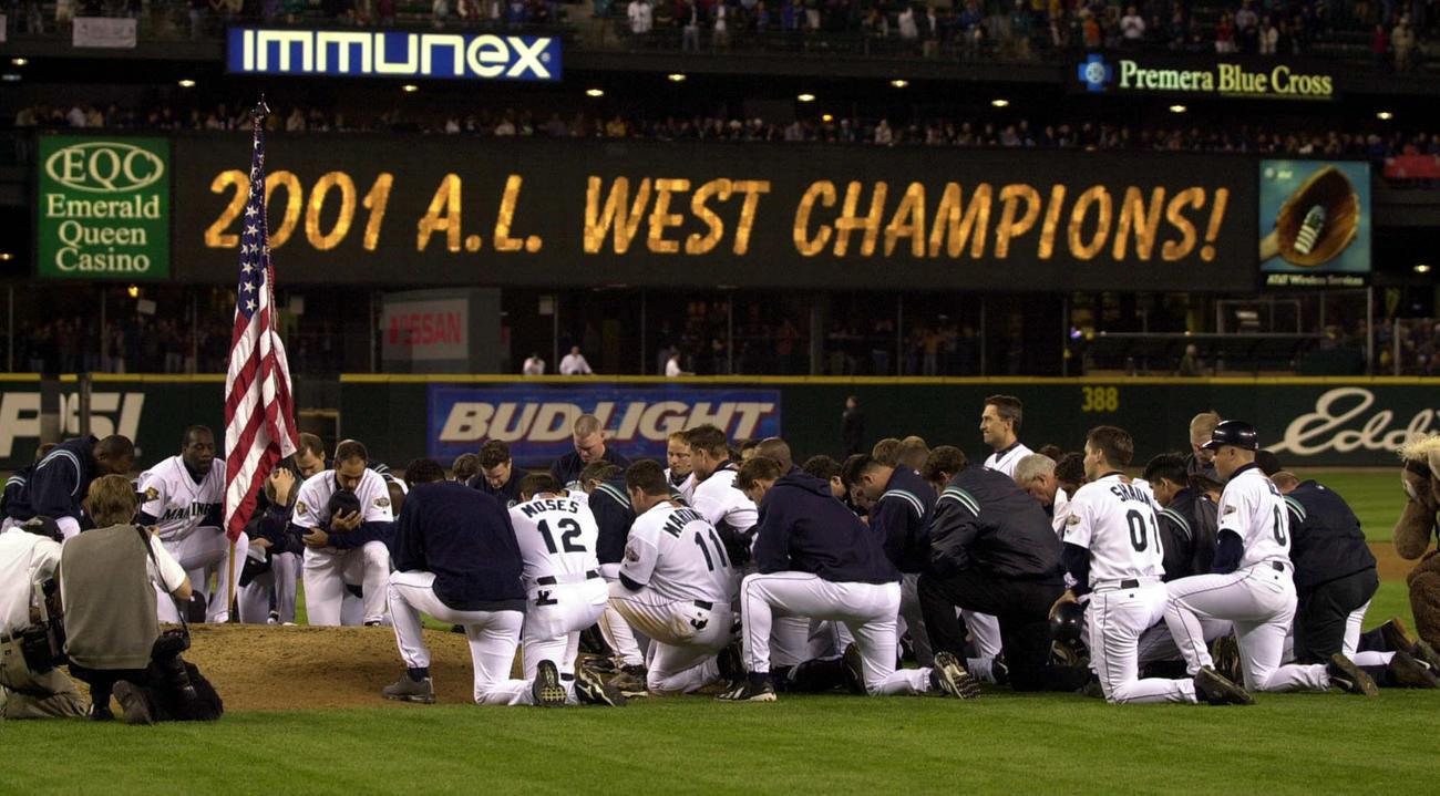 01年9月、地区優勝を決めたマリナーズの選手らはマウンドに集まり祈りをささげた