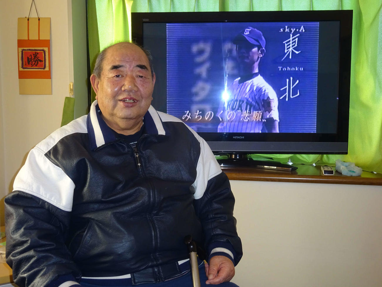 自宅で、東北のDVDを鑑賞する若生氏(撮影・保坂淑子)
