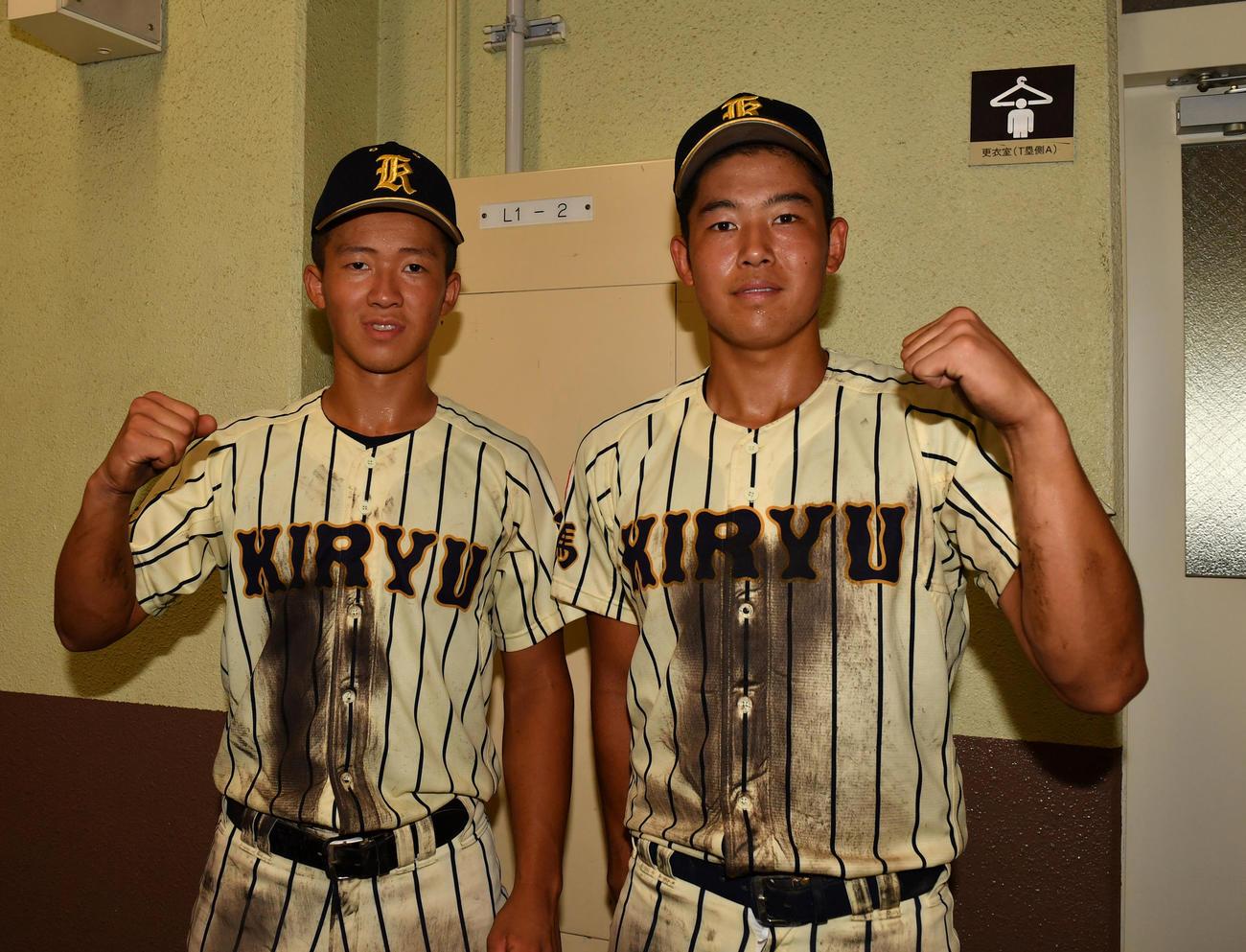 7月、高崎商大付に勝利しガッツポーズする桐生第一・福士(左)と広瀬