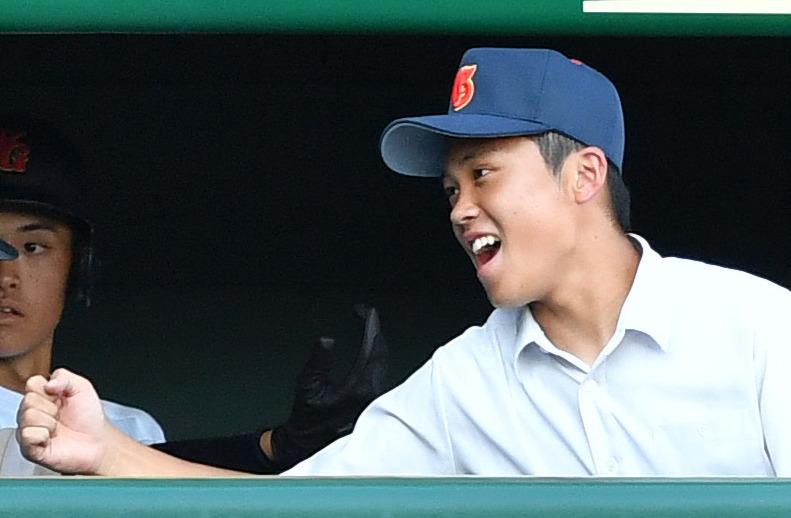 17日、甲子園交流試合の白樺学園戦で、河野修慈の中越え3点適時二塁打で追加点を奪いベンチで笑顔を見せる河瀬貴洋記録員