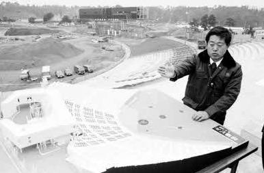 78年12月、工事中の西武球場を視察する西武・堤義明オーナー。球場は、シーズン開幕後の79年4月8日に完成した