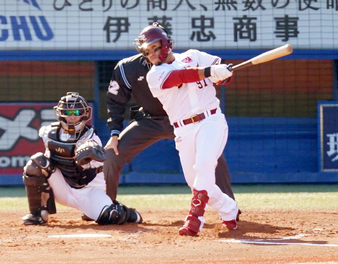 7日、プロ野球合同トライアウトで本塁打を放つ楽天フェルナンド