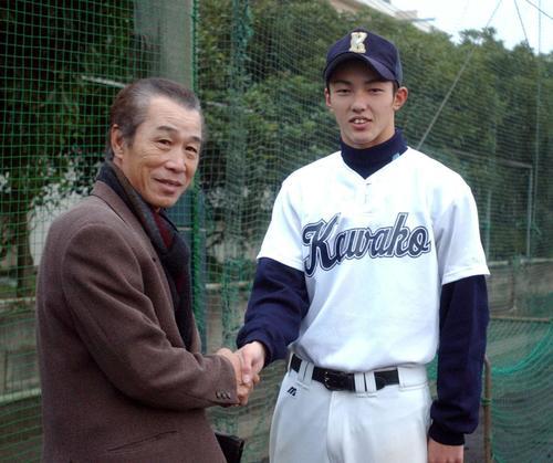 03年11月、ロッテ飯塚スカウト(左)のあいさつを受ける川崎工・内竜也