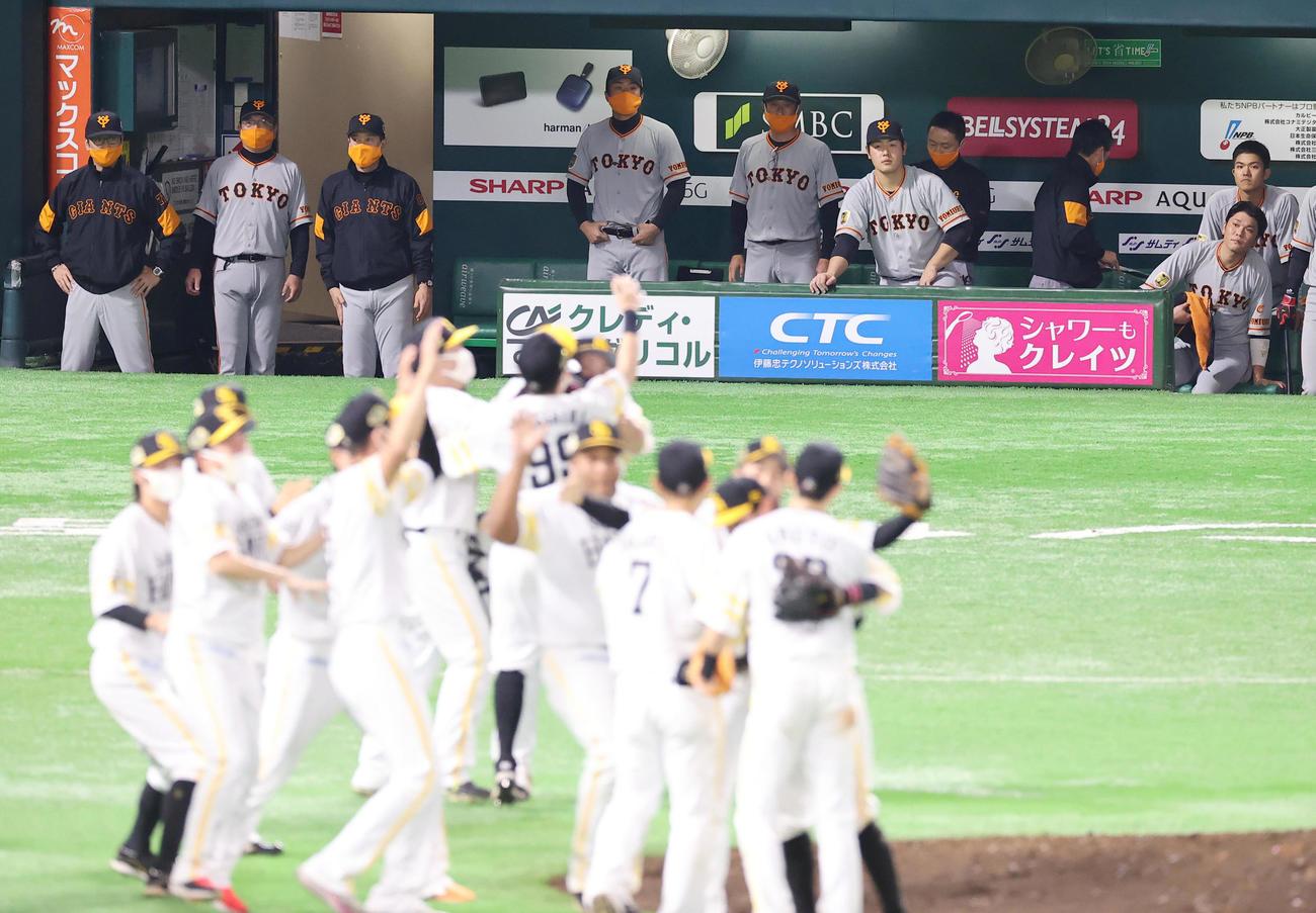 日本シリーズ2020第4戦 ソフトバンク対巨人 試合に敗れ優勝を逃した巨人原辰徳監督(左から3人目)らナインは喜ぶソフトバンクナインを悔しげに見つめる(2020年11月25日撮影)