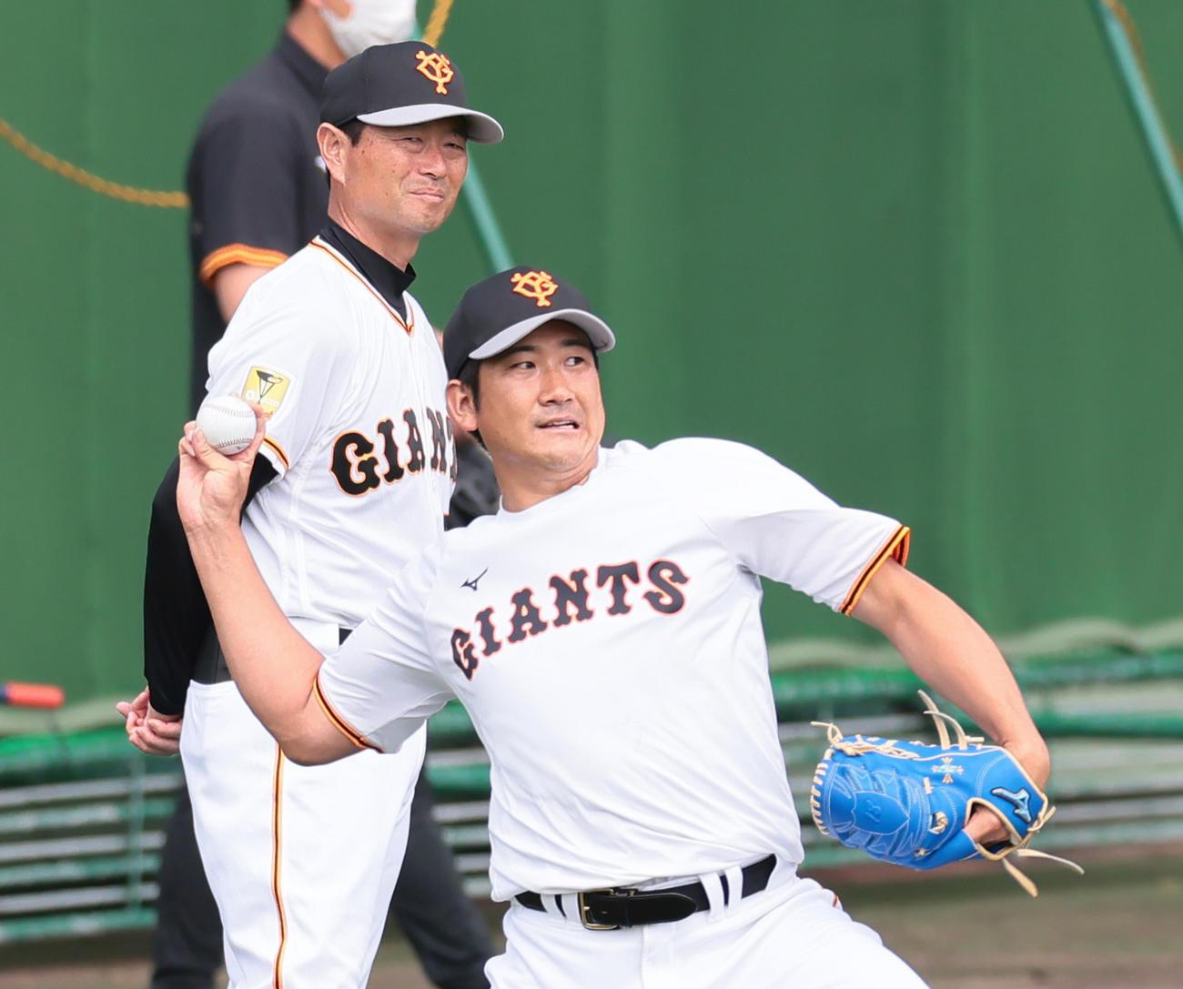 巨人菅野(手前)を見つめる桑田投手チーフコーチ補佐