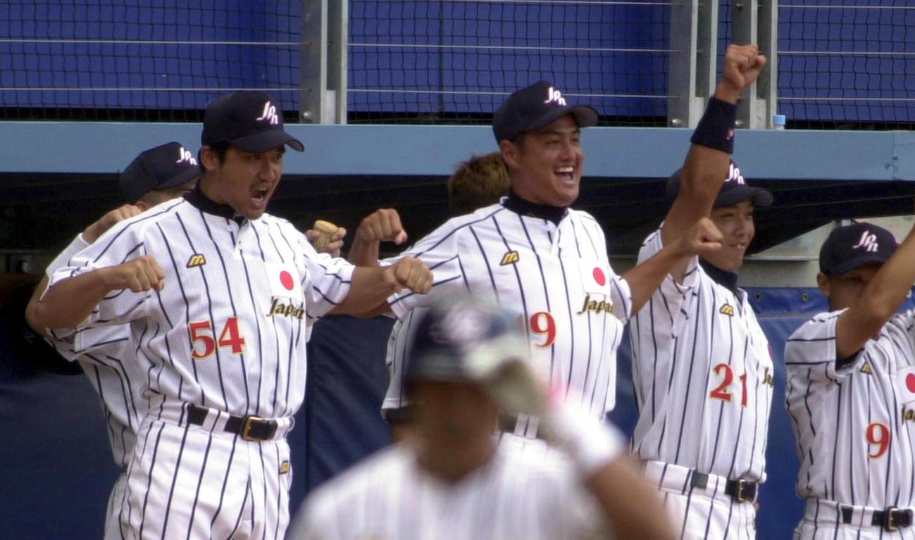 00年9月、シドニー五輪野球のキューバ戦でベンチから仲間に向かってガッツポーズする、左から黒木、杉浦、阿部ら