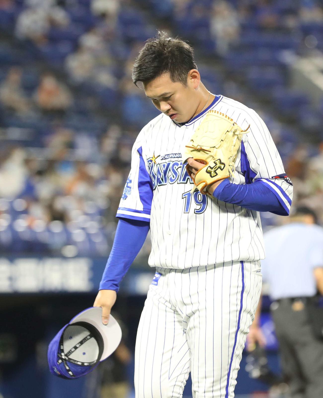 DeNA対巨人 9回表巨人2死一塁、同点となり降板する山崎(2020年7月19日撮影)