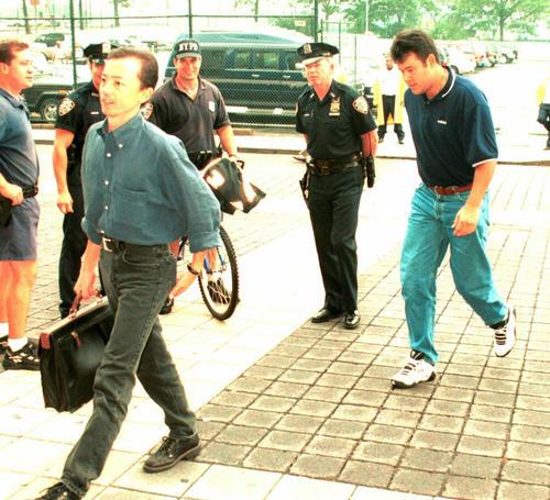 1997年8月、球場入りするヤンキース伊良部秀輝(右)。左は通訳の石島浩太氏