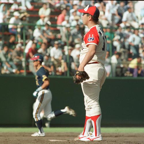 93年6月、野茂(手前)からプロ初本塁打を放ち、ダイヤモンドを一周するイチロー