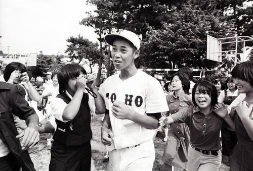 1977年夏の甲子園、フィーバーが加熱し女性ファンに囲まれる東邦・坂本