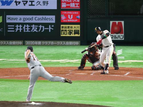 ソフトバンク対巨人 2回裏ソフトバンク1死二塁、グラシアルは山口から左越えに逆転2点本塁打を放つ(撮影・梅根麻紀)