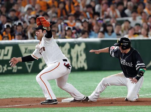 巨人対ソフトバンク 4回表ソフトバンク1死一、二塁、バンデンハークの投前への打球を処理した戸郷の送球は悪送球に。三塁手岡本(左)(撮影・垰建太)
