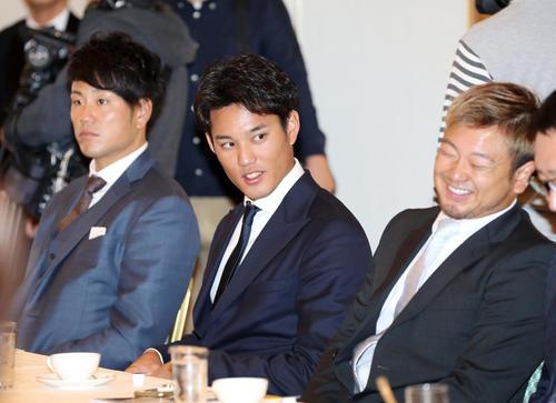 日本プロ野球選手会通常総会に出席し談笑する阪神藤浪(中央)と西武森(右)。左は阪神中谷(撮影・前田充)