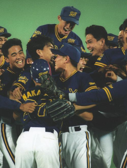1995年9月19日、優勝を決めたオリックスナインは大喜びでマウンド上に集まる、後列中央はイチロー
