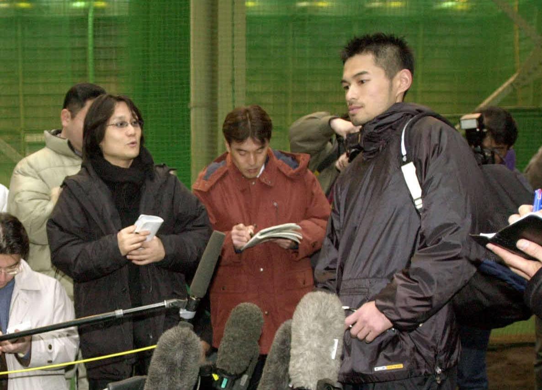 02年1月17日、青濤館で自主トレと黙とうを行ったイチロー(右)を取材する肩まで届く長髪が目立つ本紙高原記者(左)