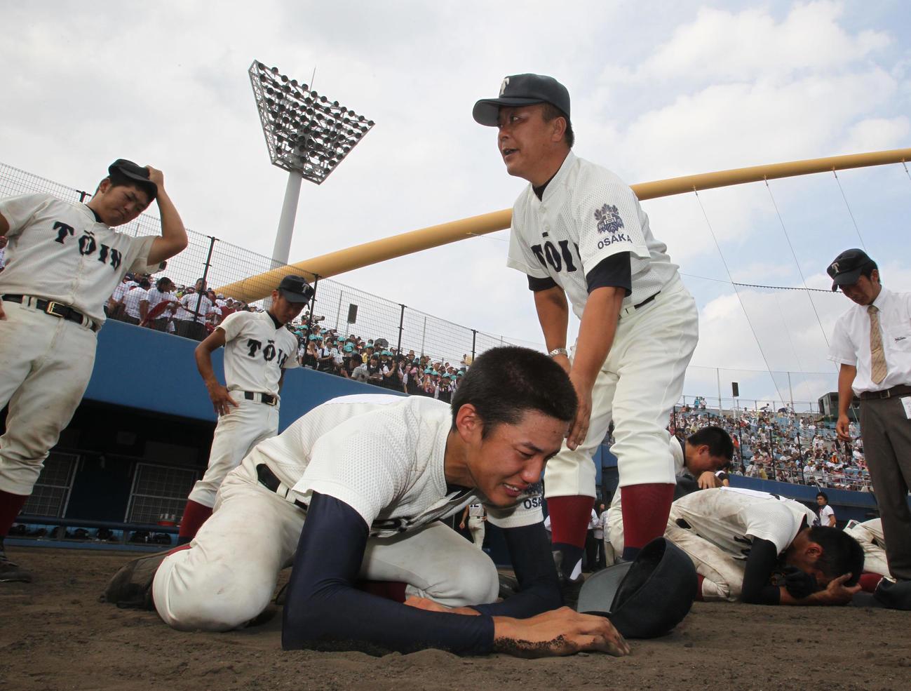 11年8月1日、全国高校野球選手権・大阪大会決勝で東大阪大柏原に敗れ、泣き崩れる藤浪
