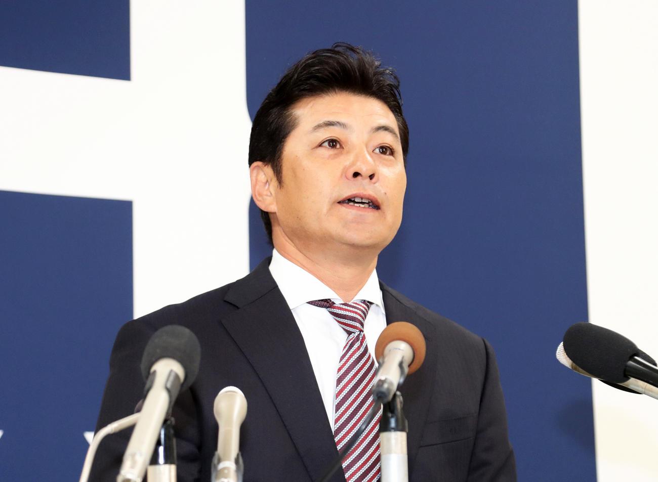 会見で辞意を表明する広島緒方孝一監督(2019年10月1日撮影)