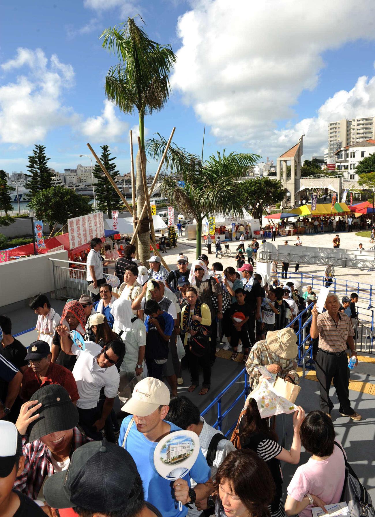 35年ぶりに沖縄でプロ野球の公式戦、横浜対ヤクルトが開催され、大勢のファンが開門を待ち長蛇の列をつくった(10年6月29日)