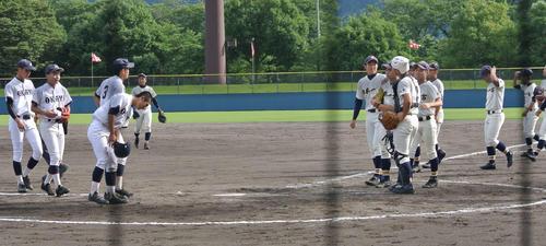 サヨナラ勝利し、整列する岡谷南ナイン(左)(撮影・井上真)