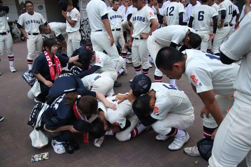 市川対銚子商 銚子商・敗戦後、球場の外で泣き崩れる選手たちと、声をかける父兄(撮影・保坂淑子)
