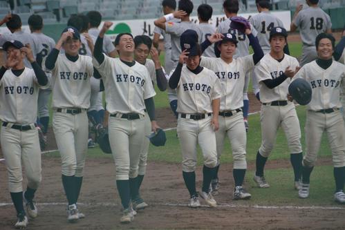 関学大を下し、5年ぶりに勝ち点を挙げて喜ぶ京大ナイン