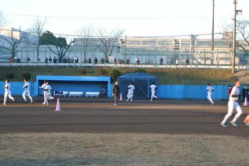 冬の強化練習もフィナーレを迎え、日大三の小倉監督(中央)は最後のダッシュを繰り返す44選手に声をかけ続けた(撮影・井上真)