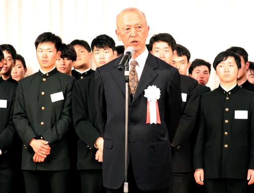 19年12月7日、来季への決意を語る東大・井手監督(中央手前)