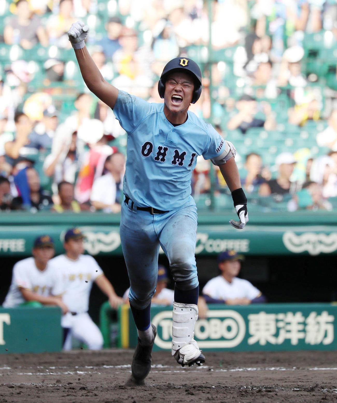 18年夏の甲子園、近江・有馬は前橋育英戦で中前にサヨナラ適時打を放ちガッツポーズで一塁へ向かう(2018年8月13日)