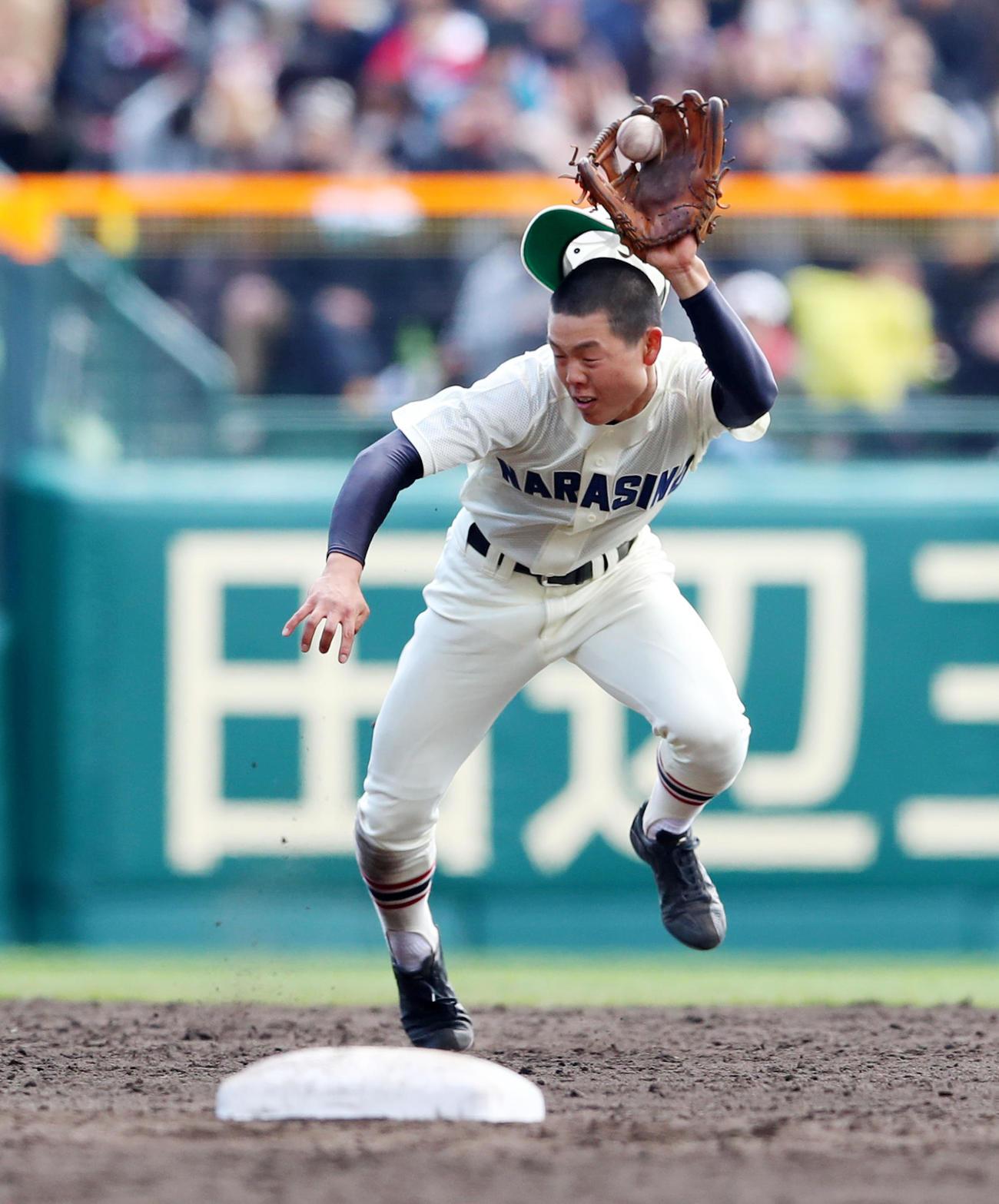 19年3月24日、日章学園戦で打球を好捕する習志野・角田