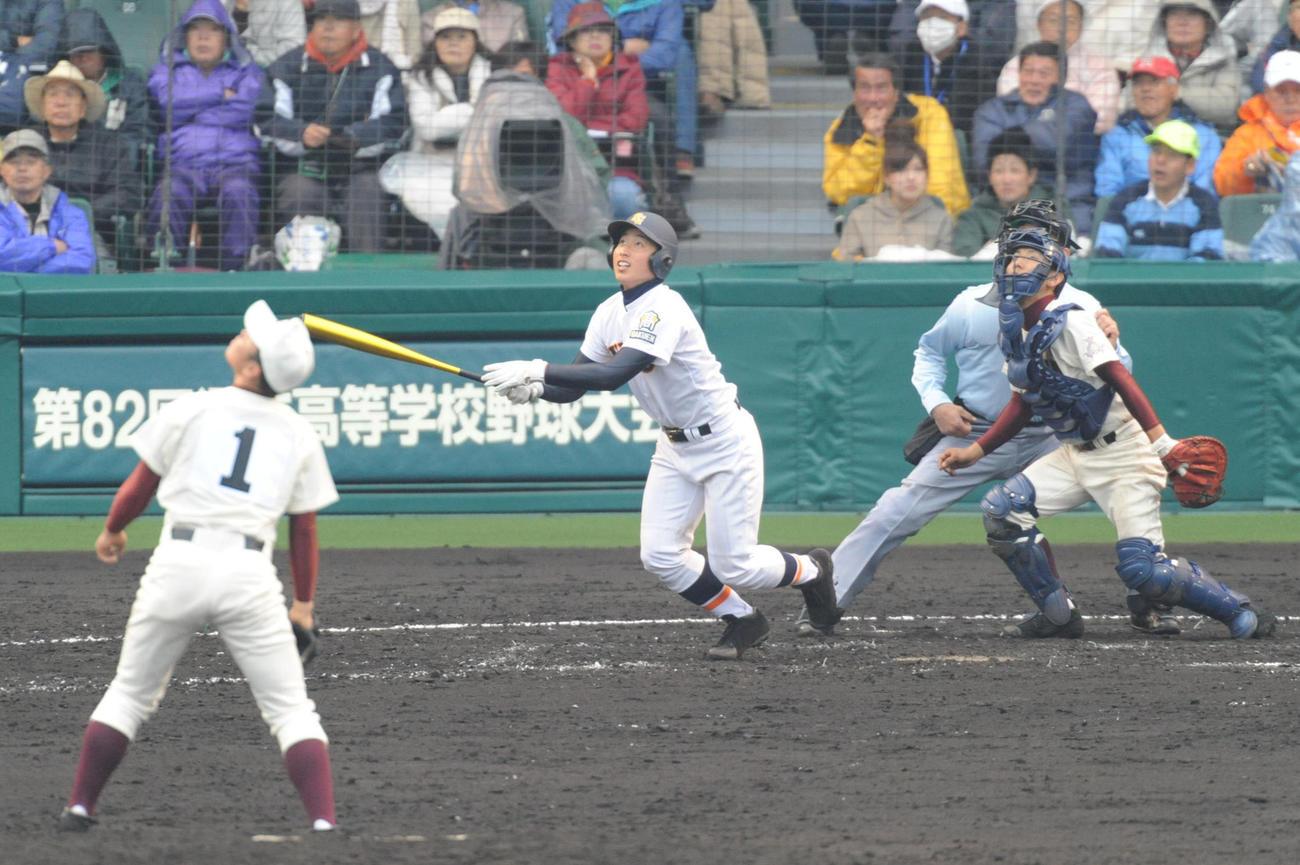 10年3月、高知戦の7回、甲子園球場で右越え本塁打を放つ神港学園時代の伊藤諒介さん