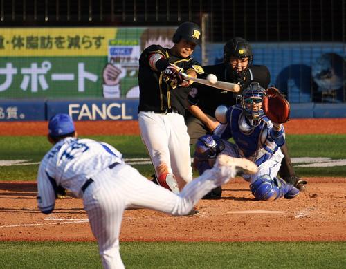 DeNA対阪神 9回表阪神2死二、三塁、右前2点適時打を放つ木浪(撮影・横山健太)