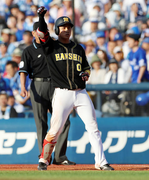 DeNA対阪神 9回表阪神2死二、三塁、木浪は2点適時打を放ちガッツポーズ(撮影・加藤哉)