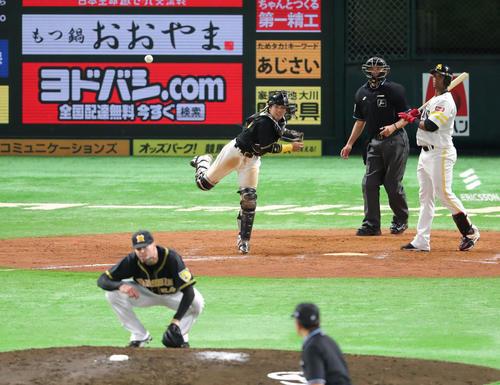 9回裏ソフトバンク2死一塁、打者グラシアルのとき一塁走者の周東が二盗を試みるが梅野の送球で阻まれる(撮影・梅根麻紀