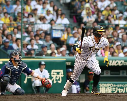 7回裏阪神2死二塁、糸井は右前打を放つ(撮影・上山淳一)