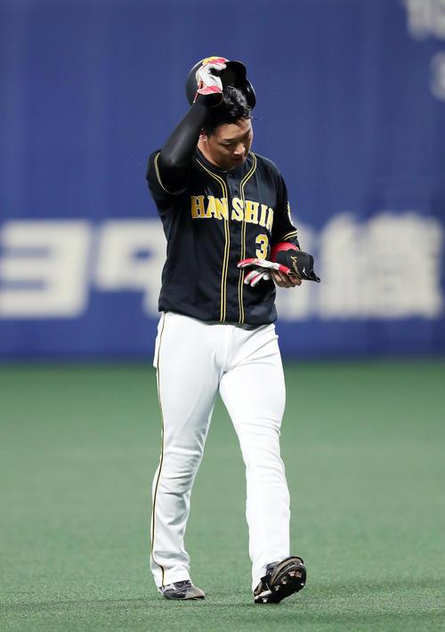 中日対阪神 5回表阪神2死二、三塁、好機に中飛に倒れた大山は、がっくりとヘルメットを脱ぐ(撮影・前田充)