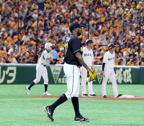 巨人対阪神 4回裏巨人1死一、三塁、増田大(右)に適時三塁打を浴びがっくりとマウンドに戻るガルシア(撮影・垰建太)