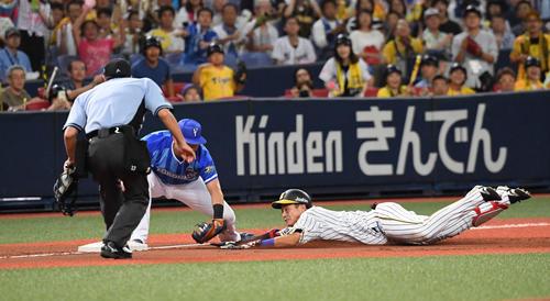 阪神対DeNA 5回裏阪神1死、木浪は右中間への打球で三塁を狙うもタッチアウト(撮影・奥田泰也)