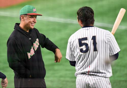 日本対メキシコ 試合前練習で鈴木(右)と話すメキシコのナバーロ(撮影・滝沢徹郎)