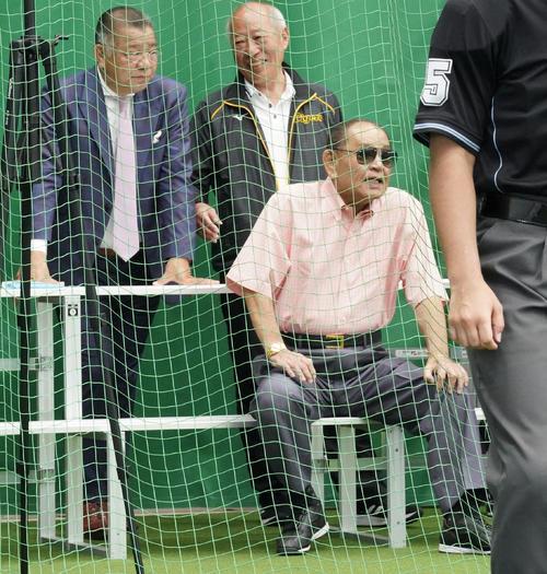 阪神キャンプを訪れブルペンを視察する江夏豊氏(右)と掛布雅之HLT(左)(撮影・上山淳一)